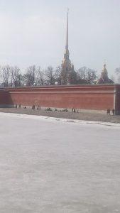 Люди загорают на Петропавловке